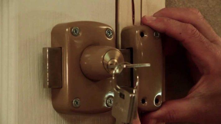 Verrou : le mettre en place sur une baie coulissante ou une porte